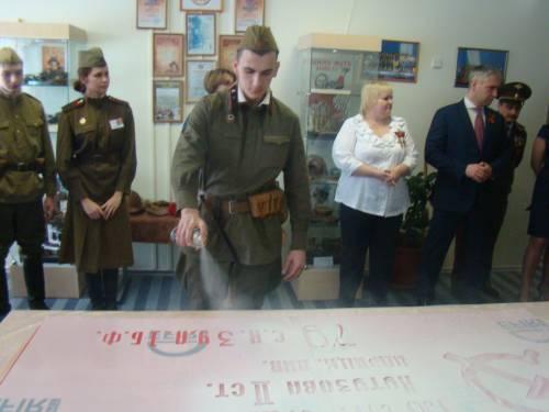 Хабибуллин В. изготавливает копию Знамени Победы